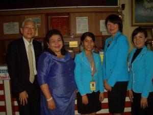 最後にダニーさんの会社を訪問、記念撮影をした。寺田事務局長の左右の女性は会社の従事者