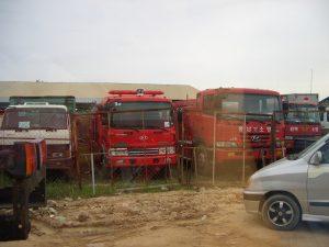 空港からホテルに向かう道路沿いの空き地に多くの消防自動車や救急車が駐車していた。韓国製の車が多い。