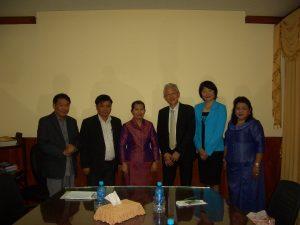 マエン・サムオーン副首相(左から3人目)と一緒に記念撮影
