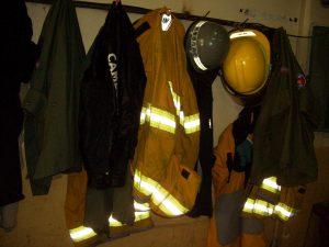 消防士が待機する部屋には「相模原市消防」と書かれたヘルメットも。日本からの援助が目に見える形で活かされているのを知ることができる
