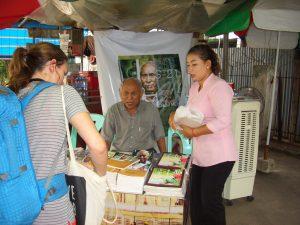 クメール・ルージュによる虐殺を生き残った老人が見学者に説明していた。