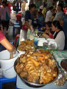 セントラル・マーケットで食事をする地元の人も多い。市民の胃袋でもある。