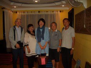カンボジア料理の店で。右から在日カンボジアコミュニティ副理事長の楠木立成さん、平塚市椎木町の野崎審也さん、寺田恭子事務局長、ダニーさん、長田