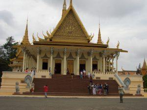 このような金色に輝く宮殿が連なっている