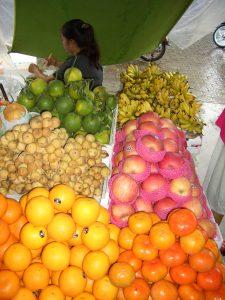 色とりどりの果物が屋台の上に所狭しと並んで壮観。