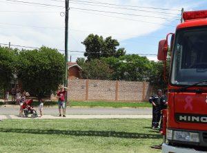 夏休みの散歩~消防車を見上げる家族連れ