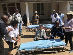 救急車取り扱い方法を説明、練習に取り組むむ参加者達