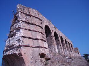 丘の上に残る城壁の一部