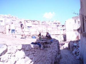 建物が壊された跡は空き地のまま住民のたまり場、子供の遊び場となっている